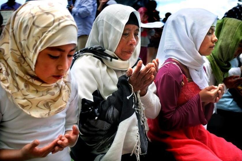 Fotografía del 24 de julio de 2014, que muestra a mujeres indígenas de la comunidad Ahmadia, profesando el islam, en San Cristóbal de las Casas, en el estado de Chiapas (México). EFE