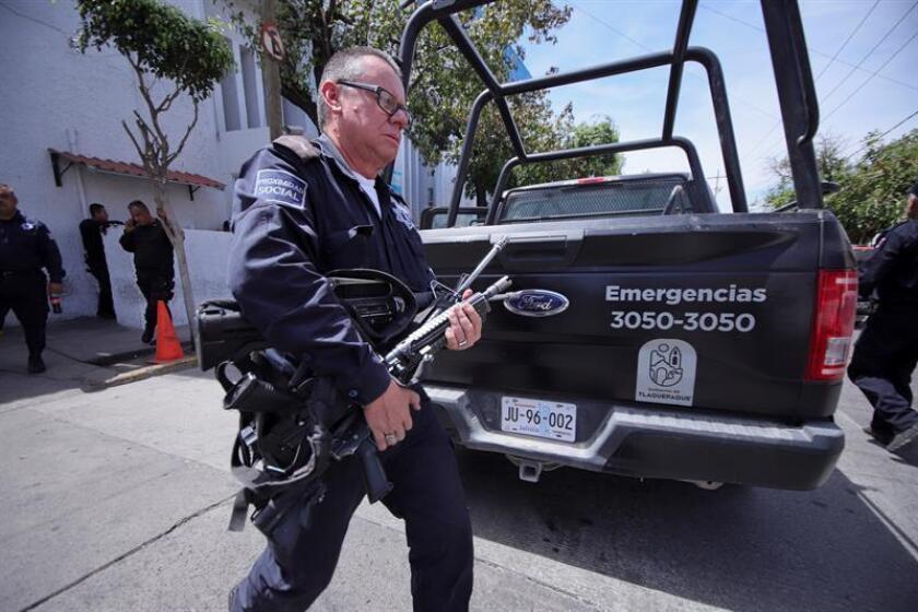 Policías federales resguardan las instalaciones de Seguridad Pública hoy, domingo 11 de marzo de 2018, en el municipio de Tlaquepaque, Jalisco (México). EFE