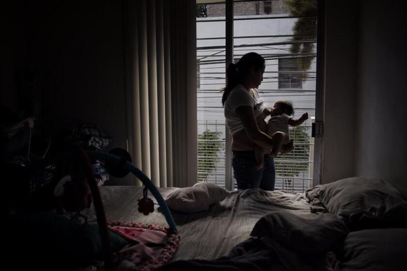 Una mujer alimenta a su bebé en Ciudad de México (México). EFE/Archivo