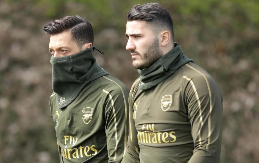 Mesut Ozil (i) y Sead Kolasinac, en una sesión del Arsenal.