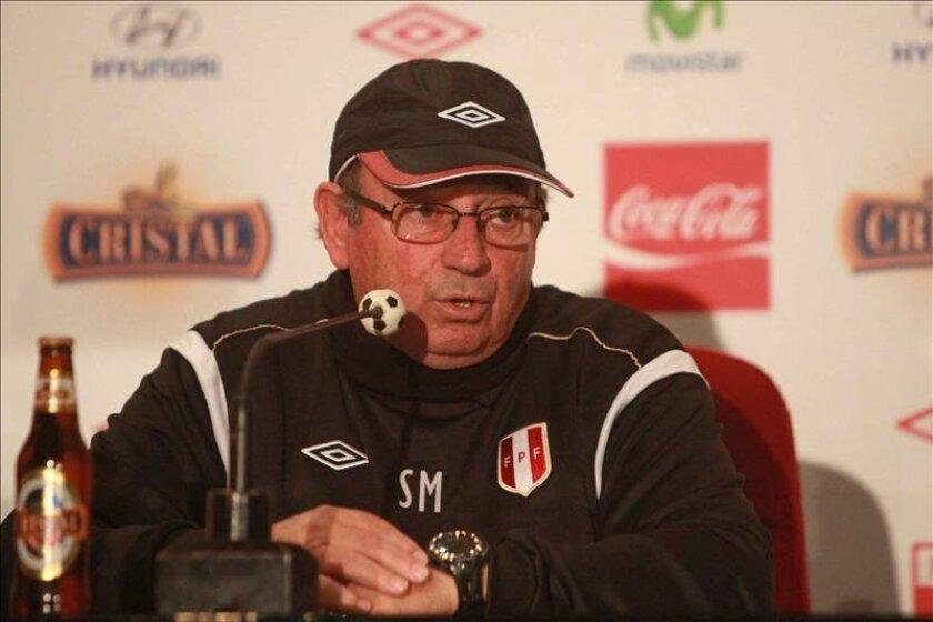 En la imagen, el director técnico de la selección de fútbol de Perú, Sergio Markarián. EFE/Archivo