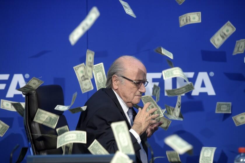 El momento en que tiran billetes a JosephBlatter, en Zurich, Suiza.