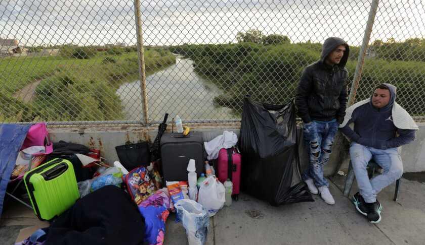 Yenly Morales (i) y Yenly Herrera, migrantes cubanos que piden asilo en Estados Unidos, se encuentran en Matamoros, México.