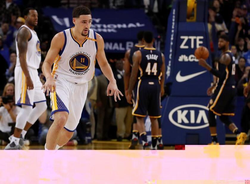 El jugador de Warriors Klay Thompson celebra tras anotar una cesta de tres puntos hoy, lunes 5 de diciembre de 2016, durante un partido entre Pacers y Warriors por la NBA en la Oracle Arena de Oakland, California (EE.UU.). EFE