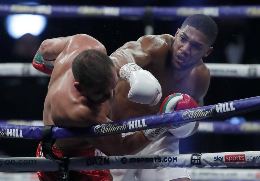 El británico Anthony Joshua asesta un golpe al búlgaro Kubrat Pulev, durante una pelea por el título