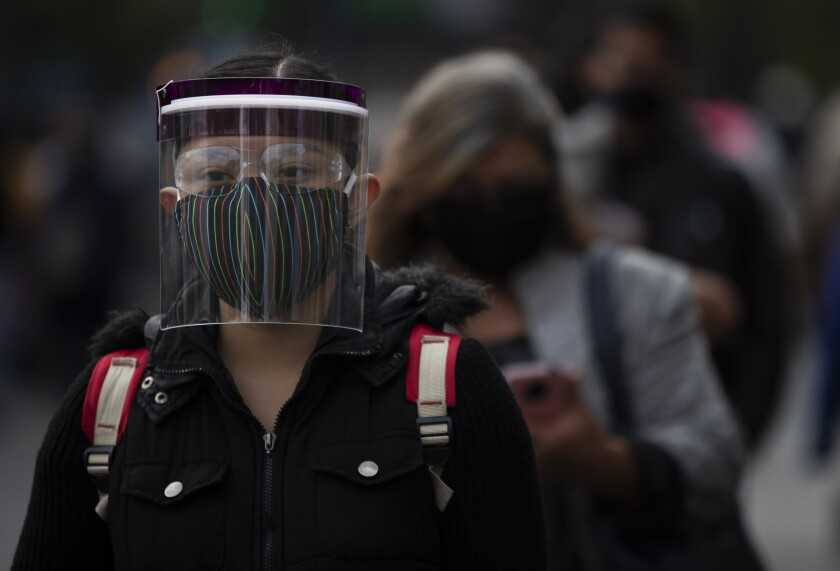 Personas están formadas afuera de una oficina judicial en Ciudad de México el martes 11 de agosto de 2020.