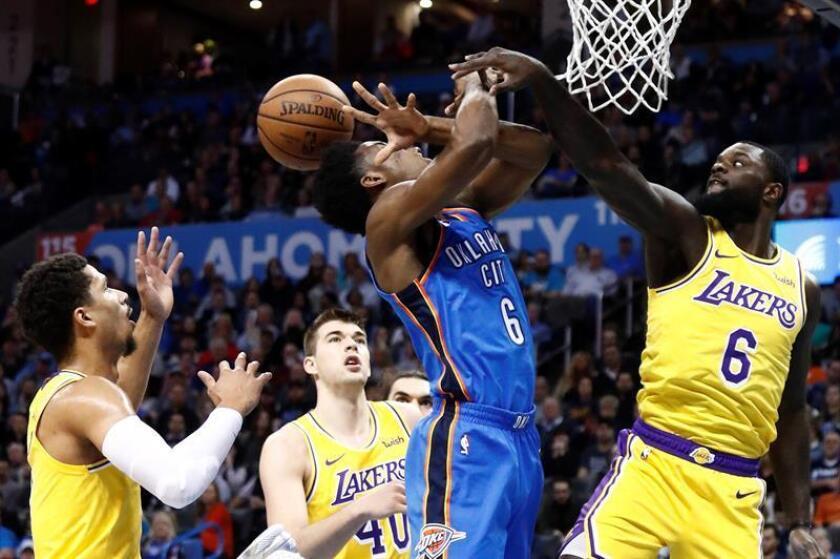 Lance Stephenson (d) de Los Angeles Lakers en acción ante Hamidou Diallo (i) de Oklahoma City Thunder este jueves, durante un partido de baloncesto de la NBA entre Los Ángeles Lakers y Oklahoma City Thunder, en el Chesapeake Energy Arena de Oklahoma (EE.UU.). EFE
