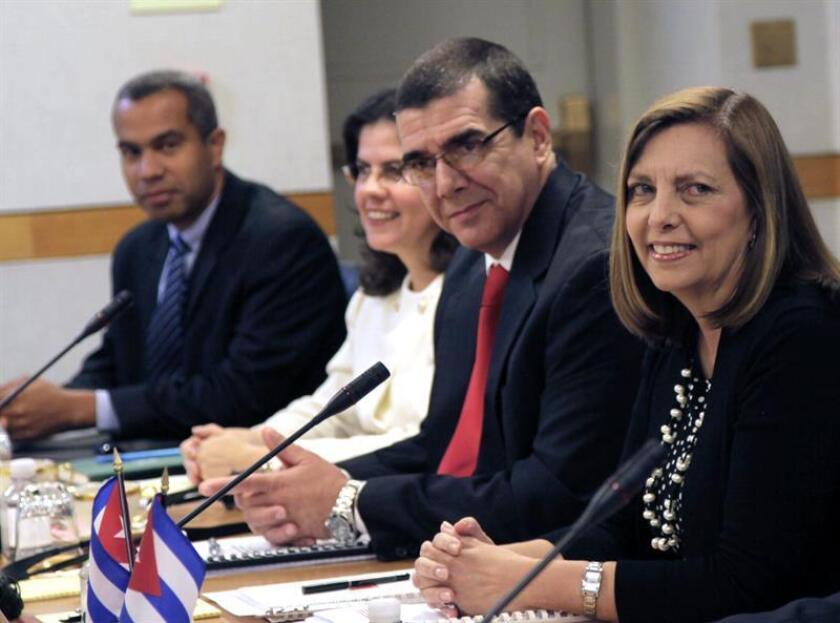 Fotografía cedida por Cubadebate en la que aparece el embajador de Cuba en Estados Unidos, José Ramón Cabañas, en compañía de otros funcionarios cubanos. EFE/Ismael Francisco/Cubadebate/SOLO USO EDITORIAL