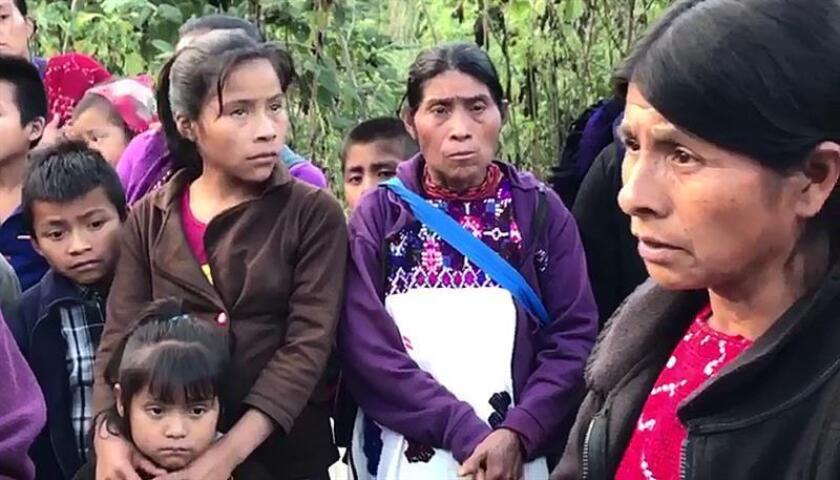Fotografía fechada el 24 de noviembre de 2017, muestra a un grupo indígenas desplazados, en las montañas de Chiapas (México). EFE/Archivo