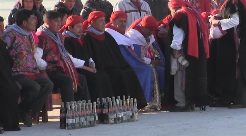 Fotograma que muestra a los indígenas de San Juan Chamula le rezan a los santos entre sorbos de bebida de cola sin importarles los estragos de la diabetes, la tercera causa de muerte en este municipio del estado mexicano de Chiapas. EFE/MÁXIMA CALIDAD DISPONIBLE