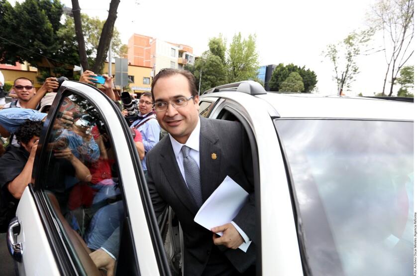 """Un tribunal mexicano admitió a trámite un amparo promovido por Javier Duarte de Ochoa, gobernador con licencia del estado de Veracruz, contra """"actos privativos de su libertad"""", lo que no impediría que se ejecute una orden de aprehensión en su contra."""