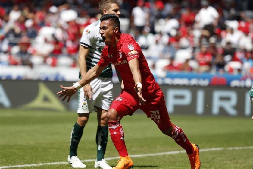 El jugador de Toluca Fernando Uribe celebra una anotación ante Santos hoy, domingo 18 de febrero de 2018, durante el juego correspondiente a la jornada 8 del torneo mexicano de fútbol celebrado en el estadio Nemesio Diez en la ciudad de Toluca (México). EFE