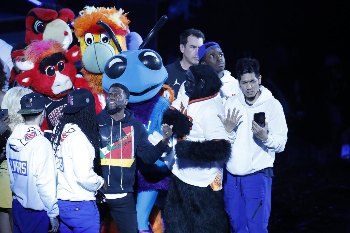 AGXO6. New York (United States), 19/02/2018.- Kevin Hart performs with team mascots and dancers during pregame introductions at the 2018 All-Star game at Staples Center in Los Angeles, California, USA, 18 February 2018.