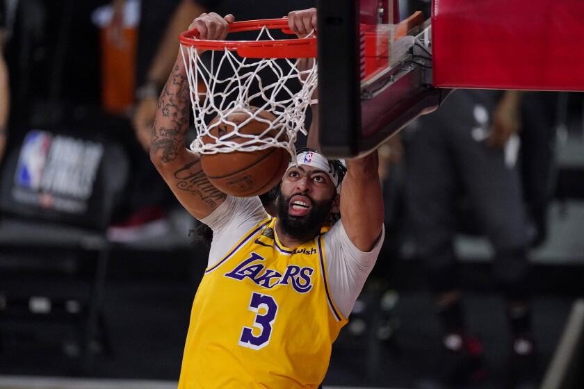 Anthony Davis de los Lakers de Los Ángeles clava el balón en el encuentro ante el Heat