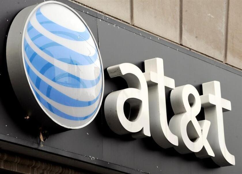 Fotografía de archivo que muestra el logotipo de AT T en una de sus tiendas en Nueva York (Estados Unidos). EFE/Archivo