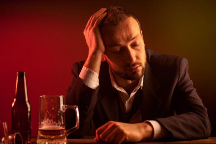 No todas las personas reaccionan igual al alcohol. Pero no se debe sólo a la cantidad de copas que tomaron, sino a su propio organismo.
