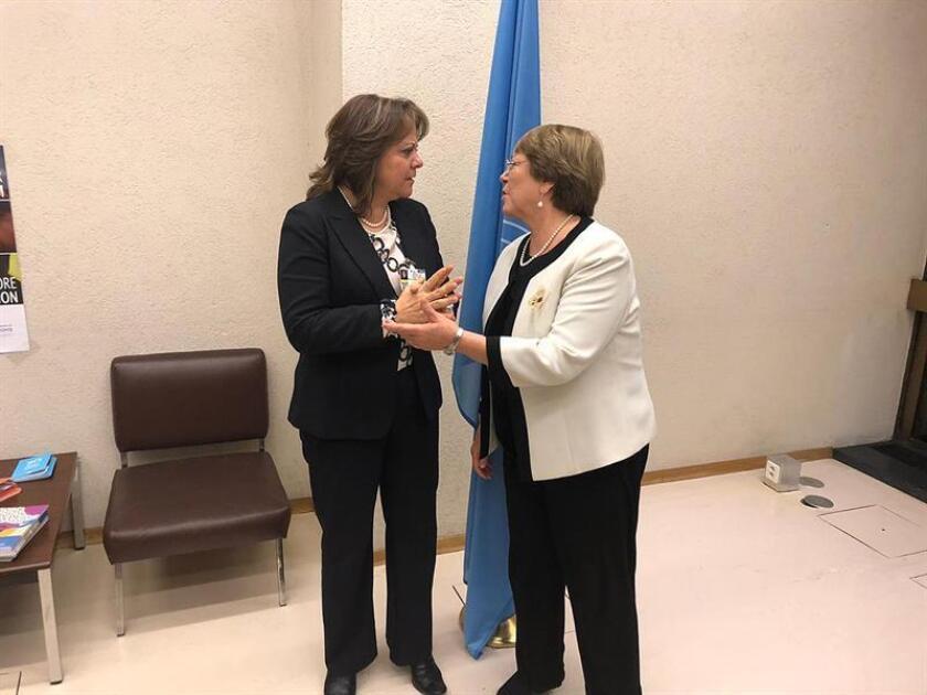 Fotografía cedida este martes, por la Secretaria de Relaciones Exteriores (SRE), de la subsecretaria para Asuntos Multilaterales y Derechos Humanos de la SRE de México, Martha Delgado (i) conversando con la alta comisionada de las Naciones Unidas para los Derechos Humanos, Michelle Bachelet (d) en la ciudad de Ginebra. EFE/SOLO USO EDITORIAL