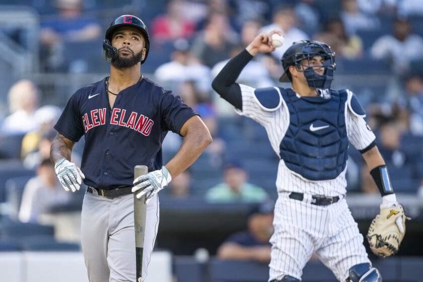 Jose Ramirez de los Indios de Cleveland reaccionan tras una bola de foul frente al lanzador de los Yanquis de Nueva York Lucas Luetge en el encuentro del domingo 19 de septiembre del 2021. (AP Photo/Eduardo Munoz Alvarez)