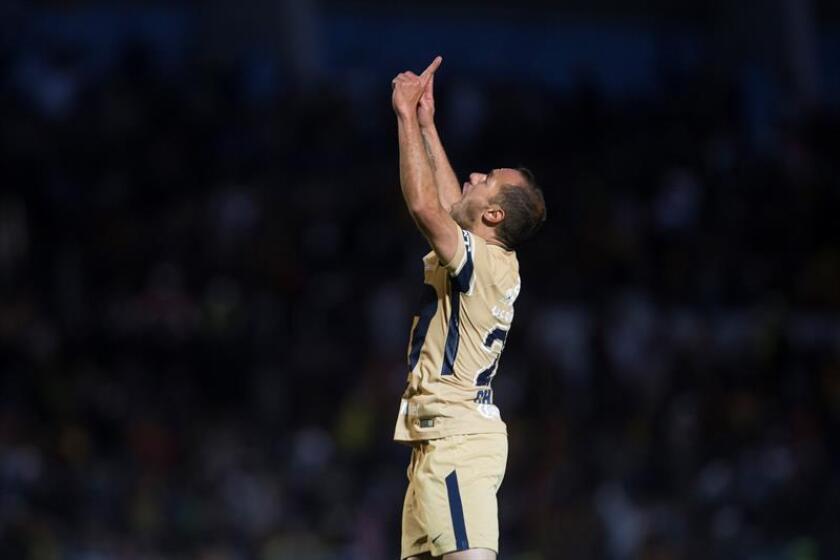 El jugador de Pumas Marcelo Díaz celebra una anotación durante el juego correspondiente a la jornada 4 del torneo mexicano de fútbol celebrado en el estadio Olímpico Universitario BUAP, de la ciudad de Puebla (México). EFE