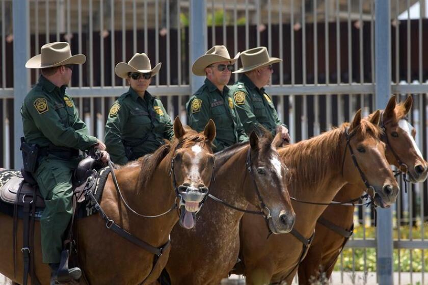 Detienen a 13 inmigrantes que pretendían escalar muro fronterizo