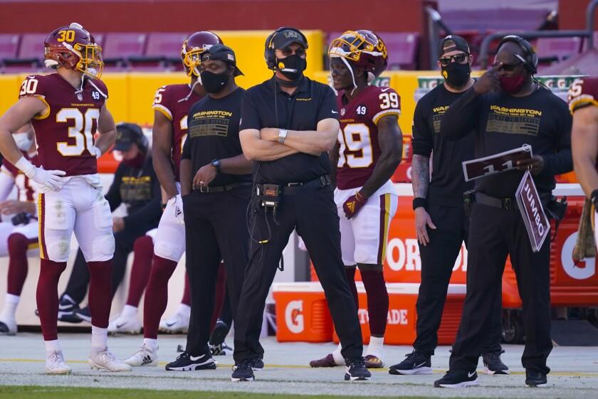 El entrenador de Washington Ron Rivera, espera las acciones del juego en el encuentro ante los Giants.