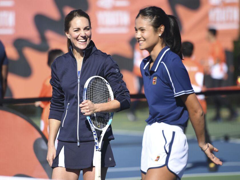 La duquesa de Cambridge (izquierda) sonríe durante un partido con Emma Raducanu.