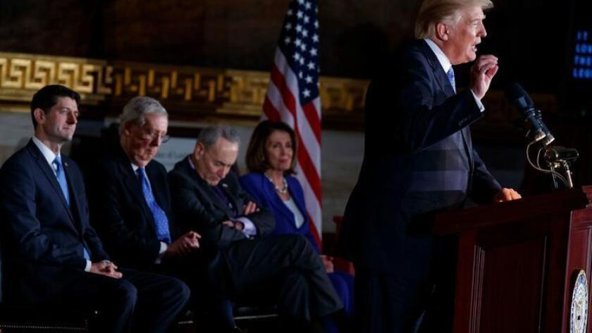 El presidente Trump habla esta semana en Capitol Hill. De izquierda a derecha, el presidente de la Cámara Paul D. Ryan (R-Wis.), el líder de la mayoría del Senado, el senador Mitch McConnell (R-Ken), el líder de la minoría senatorial, el senador Chuck Schumer (DN.Y.) y el líder de la minoría demócrata, Nancy Pelosi (D-San Francisco). (Evan Vucci / Associated Press)