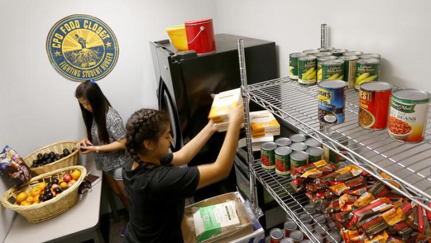 Estudiantes de UCLA trabajan como voluntarios surtiendo la alacena de UCLA en el Centro de Actividades para Estudiantes, localizado dentro del campus (Luis Sinco/Los Angeles Times).