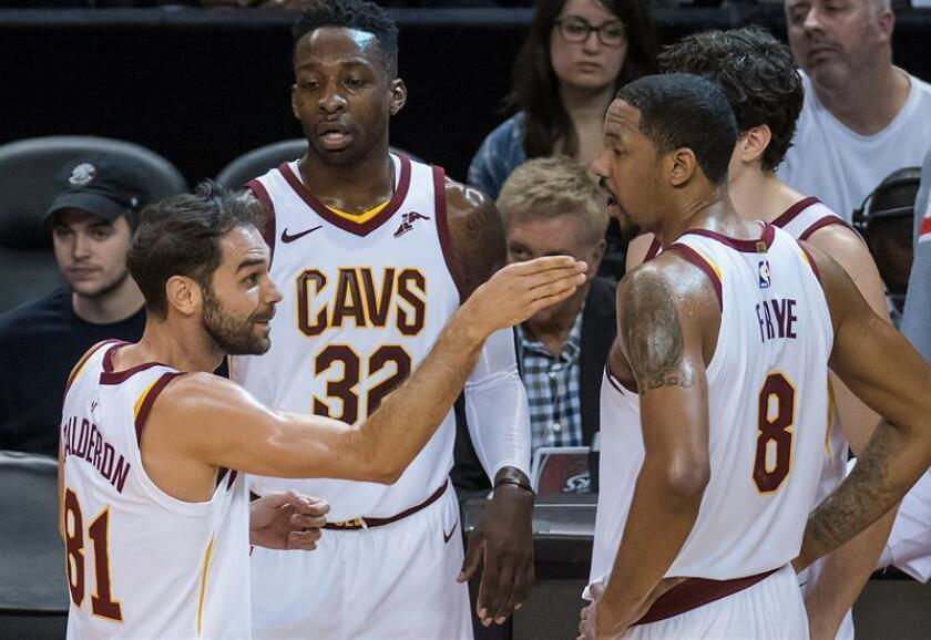 El jugador Jose Calderon (i) de Cleveland Cavaliers conversa con sus compañeros Jeff Green (c) y Channing Frye (d) durante un partido de la NBA en Toronto (Canadá). Los Raptors vencieron a Cavaliers 133-99. EFE