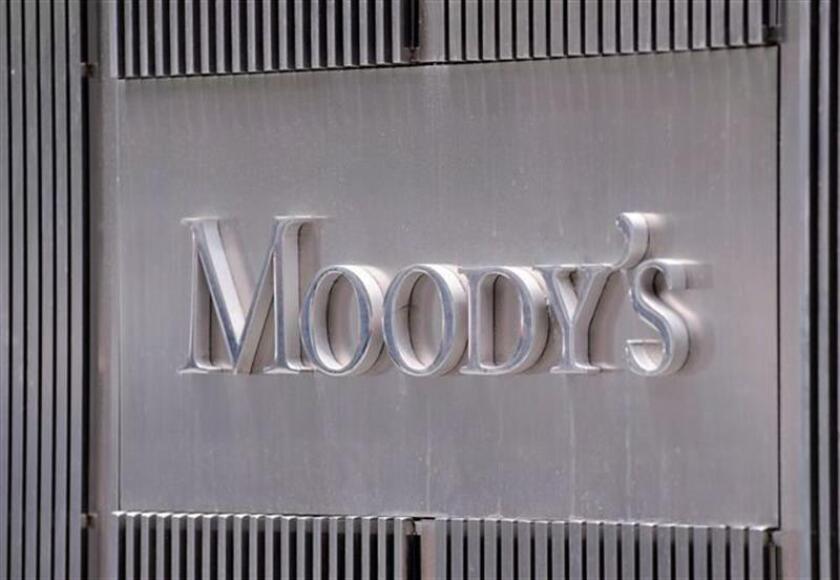 Fotografía de archivo del logo de la agencia de calificación Moody's en la fachada de su sede en Nueva York (EEUU). EFE/Archivo