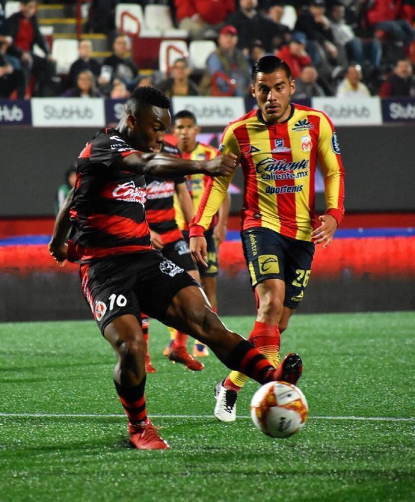 En la imagen, el jugador de Xolos Eryc Castillo (i). EFE/Archivo