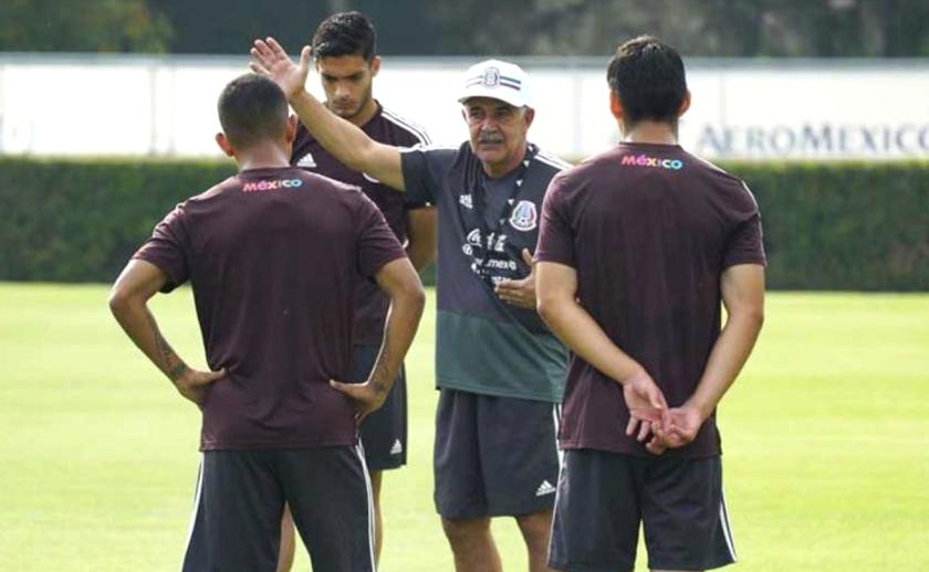 El estratega brasileño Ricardo 'Tuca' Ferretti (c) da indicaciones a jugadores de la selección mexicana.