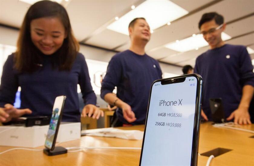 Detalle de un ejemplar del nuevo iPhone X en una tienda Apple de Hong Kong (China). EFE/Archivo