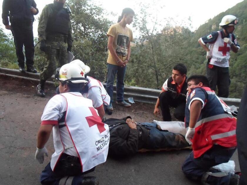 Ocho personas fallecieron hoy y otras trece resultaron heridas al chocar un autobús de pasajeros y un camión que transportaba materiales de construcción en una carretera del estado de México, informaron medios locales. EFE/Archivo
