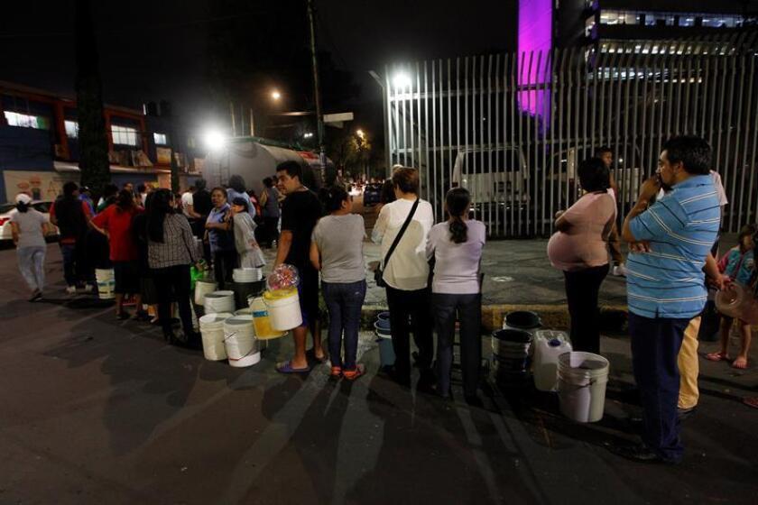 Habitantes de Ciudad de México esperan su turno para abastecerse de agua hoy, miércoles 7 de noviembre de 2018. EFE