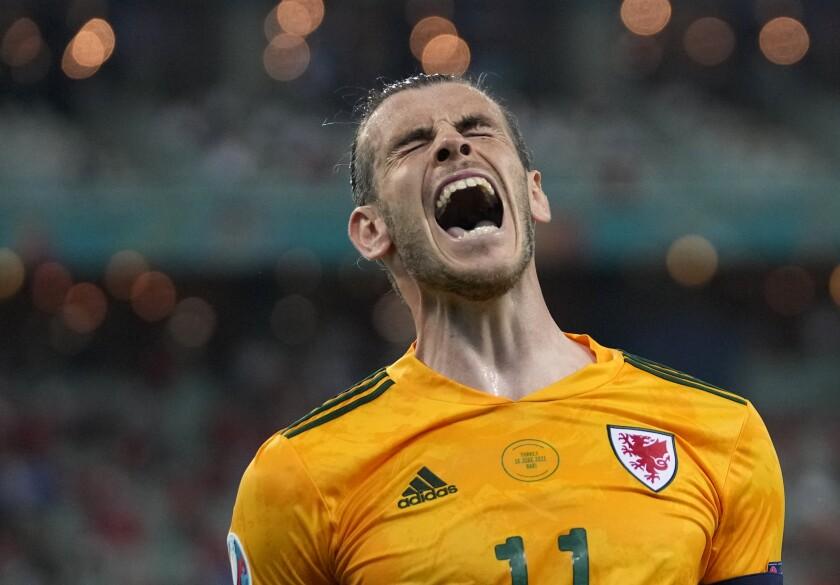 El delantero galés Gareth Bale celebra luego que su compañero Connor Roberts anotó el segundo goL