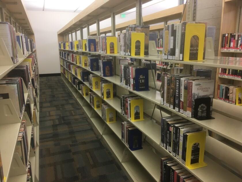 Una sección de no ficción de la Biblioteca de Escondido, en una foto tomada en marzo.