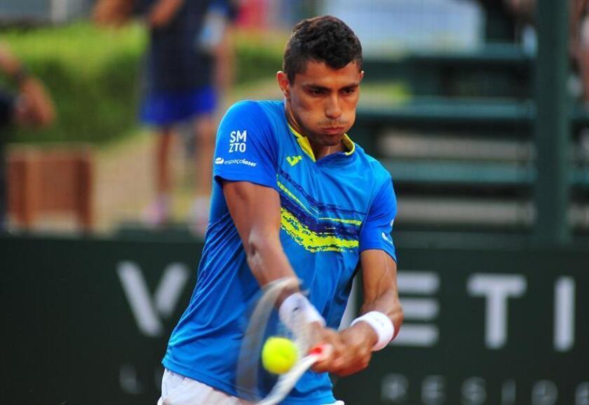 Thiago Monteiro de Brasil en acción ante Emilio Gómez de Ecuador este sábado, durante las semifinales del ATP Challenger Punta Open, en Punta del Este (Uruguay). EFE