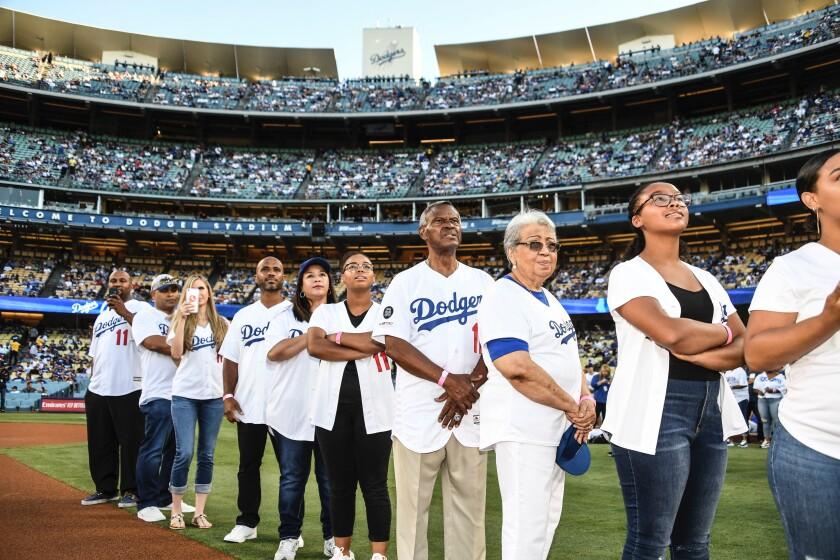 Manny Mota es homenajeado por los Dodgers.
