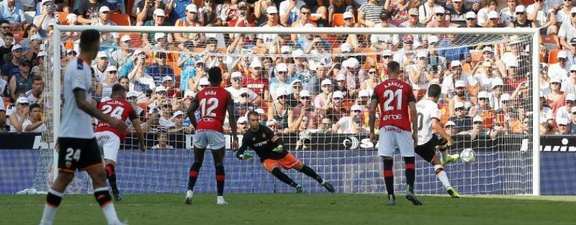 2-0. Dos penaltis marcados por Parejo dejan los puntos en Mestalla