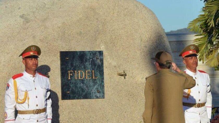 """Los gritos de """"Yo soy Fidel"""" que lo acompañaron más de 1.000 km en su recorrido desde La Habana parecían una falta de respeto este domingo, el día de su entierro."""