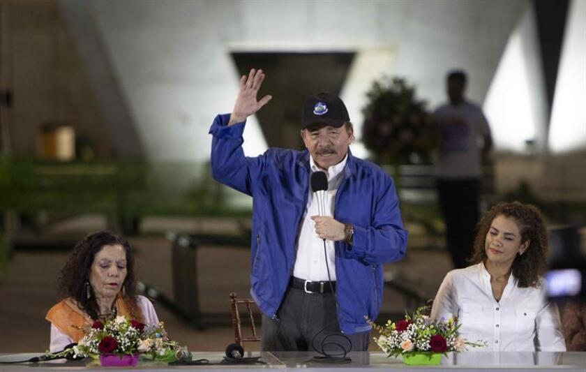 El presidente de Nicaragua, Daniel Ortega (c), junto a su esposa, la vicepresidenta Rosario Murillo (i), y la alcaldesa de Managua, Reyna Rueda (d), participa de un acto de inauguración del paso a desnivel más grande del país hoy, al sur de Managua (Nicaragua). EFE/Archivo