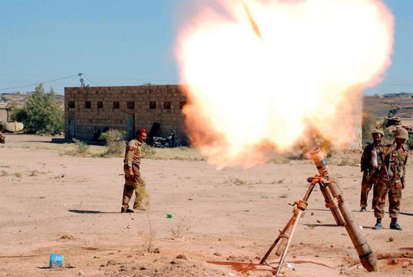 Miembros del ejército yemení lanzando un misil. EFE /Archivo