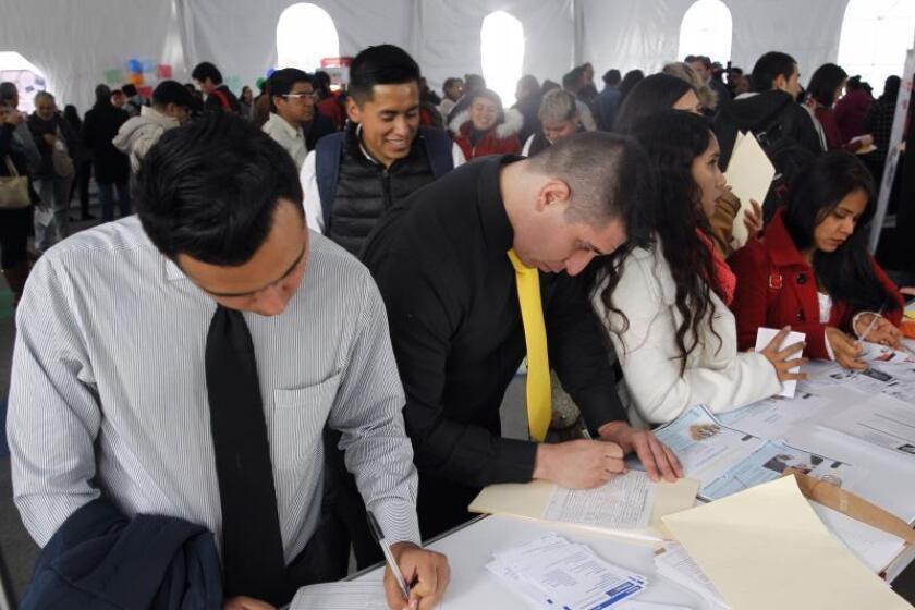 Decenas de mexicanos elaboran solicitudes de empleo en Ciudad de México (México). EFE/Archivo