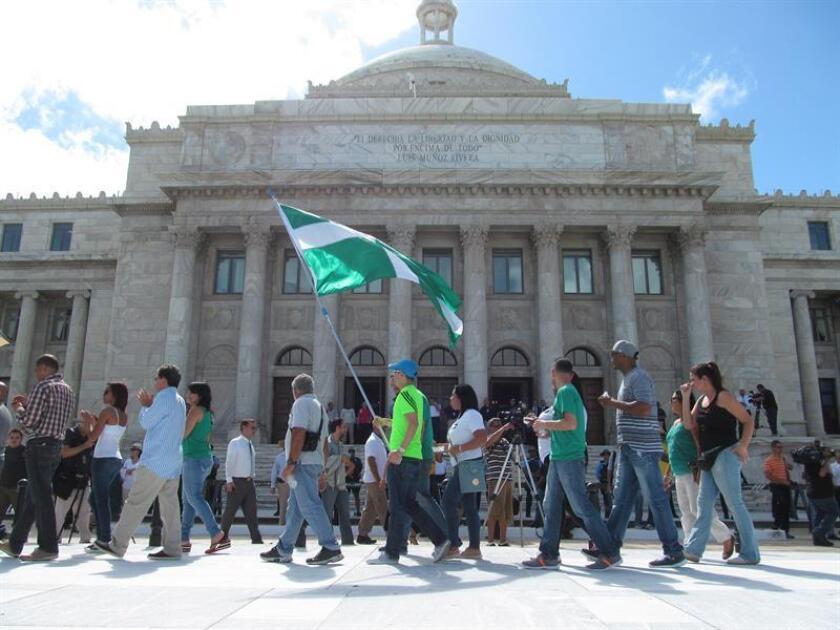 Decenas de personas se manifestaron hoy frente al Capitolio o sede del Legislativo en protesta y repudio a la reforma laboral del gobernador de Puerto Rico, Ricardo Rosselló, porque alegan que afectará los derechos del sector trabajador. EFE/Archivo