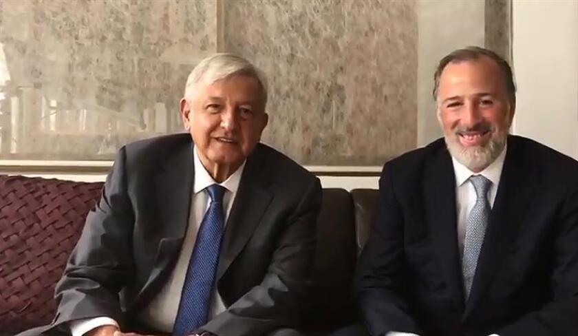 Fotograma cedida por la oficina de prensa del futuro presidente de México, Andrés Manuel López Obrador (i) y el excandidato del PRI a la presidencia en las elecciones pasadas, José Antonio Meade, durante un encuentro hoy, viernes 3 de agosto de 2018, en Ciudad de México(México). EFE/PRENSA AMLO/ SOLO USO EDITORIAL