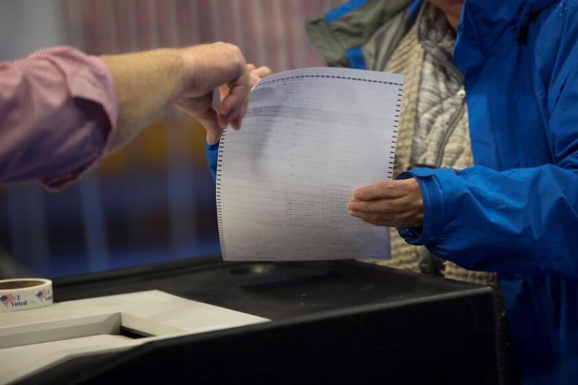 La diferencia entre los candidatos por un escaño al Senado por Florida, actualmente en manos del demócrata Bill Nelson, que busca la reelección, se reduce a menos de 22.000 votantes, el 0,26 %, según datos oficiales mientras avanza el proceso para el recuento obligatorio. EFE / Archivo