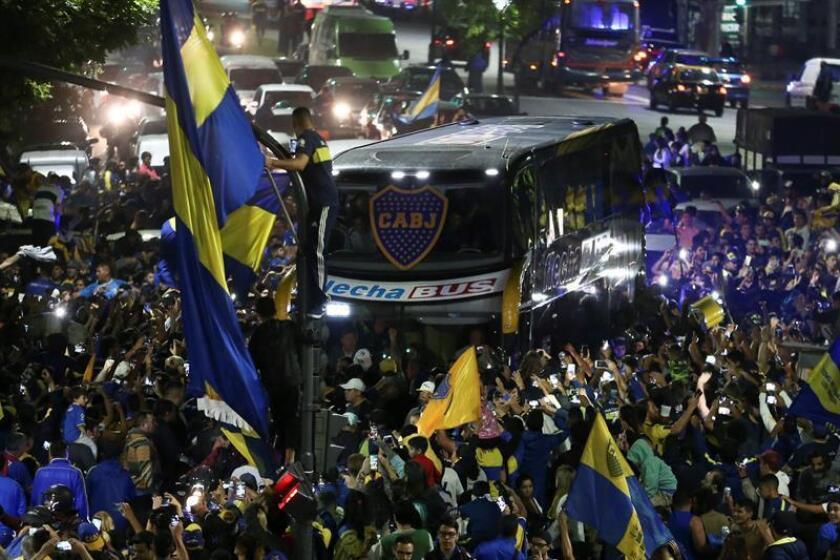 """El bus que transporta a los jugadores del Boca Juniors es recibido por aficionados que se reúnen para despedir al equipo en el denominado """"banderazo"""" en las inmediaciones del estadio 'La Bombonera' hoy, en Buenos Aires (Argentina). EFE"""