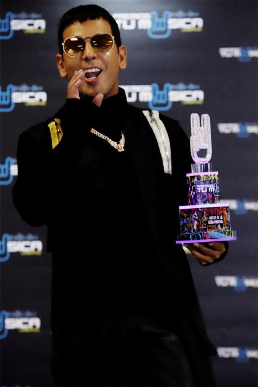 """El cantante puertorriqueño de reggaetón Tito """"El Bambino"""" posa para los medios tras recibir el premio """"Trayectoria"""" durante la gala de los Premios Tu Música Urbano, este jueves, en San Juan (Puerto Rico). Puerto Rico celebra hoy los """"Premios Tu Música Urbano"""", en los que por primera vez se premian los trabajos de este género musical, y en cuya edición el artista Ozuna domina las nominaciones con 19 y Daddy Yankee es reconocido por su carrera de 25 años como líder del movimiento. EFE"""