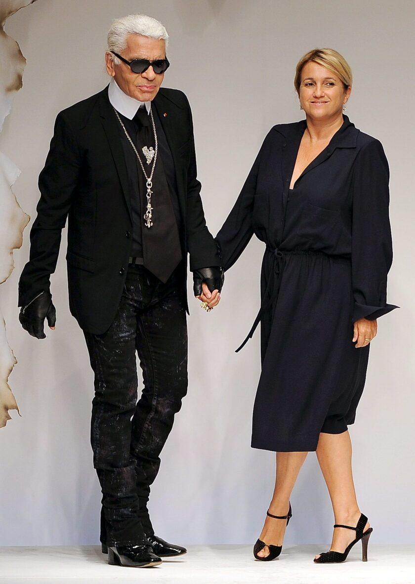 El diseñador Karl Lagerfeld y la diseñadora Silvia Venturini Fendi caminan por la pasarela al término de la presentación de la colección de Fendi durante la Semana de la Moda de Milán.